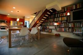 階段,作り付けの巨大本棚